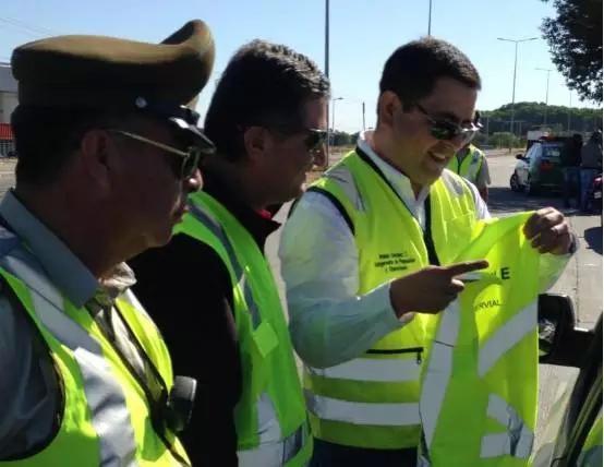智利法律对于司机必须穿反光背心的规定形同虚设,很多人还是不穿反光背心上下车