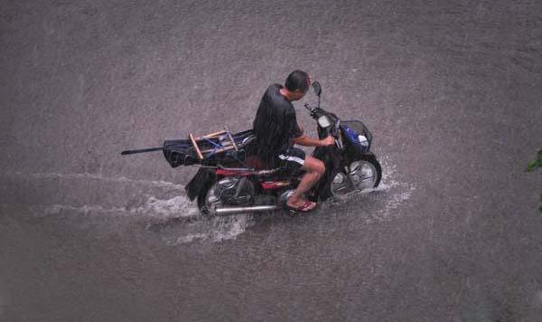 雨天骑摩托车不穿雨衣是不明智的选择