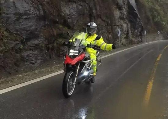 一件好的骑行雨衣通常具有反光、防雨等功能
