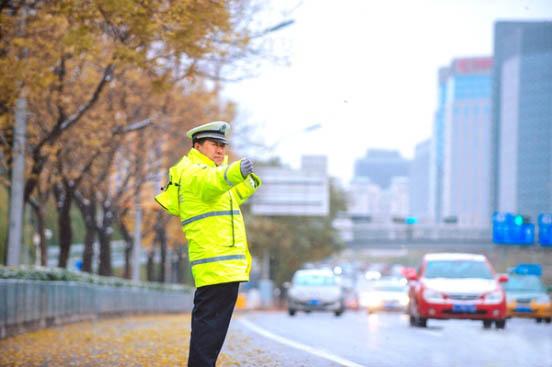 新式交警执勤雨衣能够更好的起到防护效果