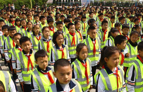 为小学生定制反光服装,警示效果很明显,能够很好的保障放学路上的安全