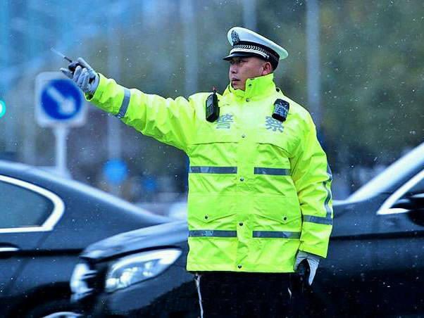 新款警用雨衣雨裤套装的防护性能更佳优越