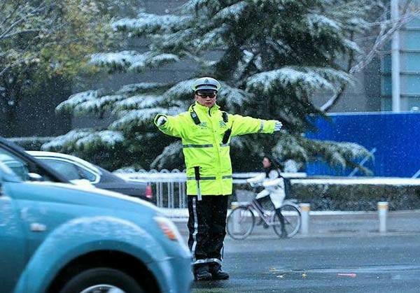 这种荧光色的警用雨衣套装,能为夜间执勤带来更好的安全性
